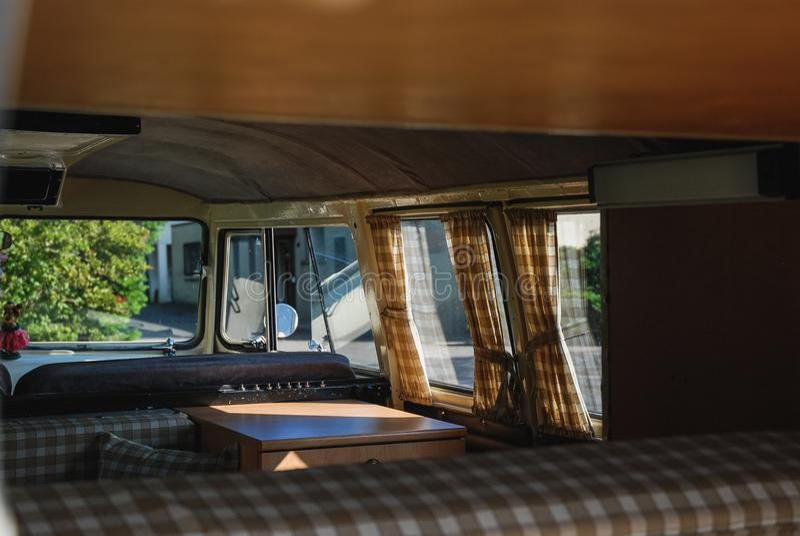 Εσωτερική κινηματογράφηση σε πρώτο πλάνο ενός κλασικού αυτοκινήτου λεωφορείων της VOLKSWAGEN στοκ εικόνες με δικαίωμα ελεύθερης χρήσης