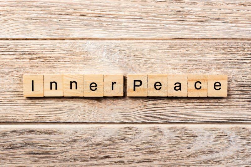 Εσωτερική λέξη ειρήνης που γράφεται στον ξύλινο φραγμό εσωτερικό κείμενο ειρήνης στον πίνακα, έννοια στοκ φωτογραφία