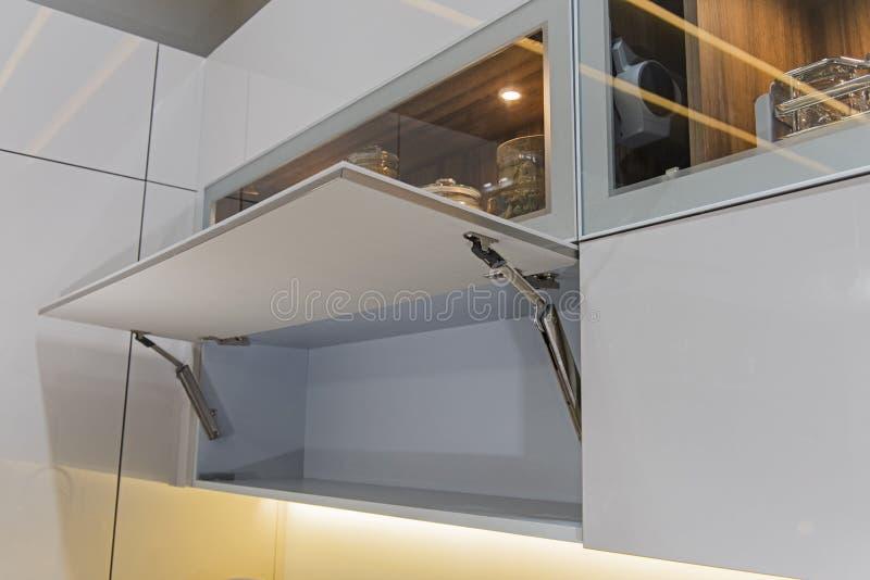 Εσωτερική λεπτομέρεια ντουλαπιών σχεδίου κουζινών στοκ φωτογραφία με δικαίωμα ελεύθερης χρήσης