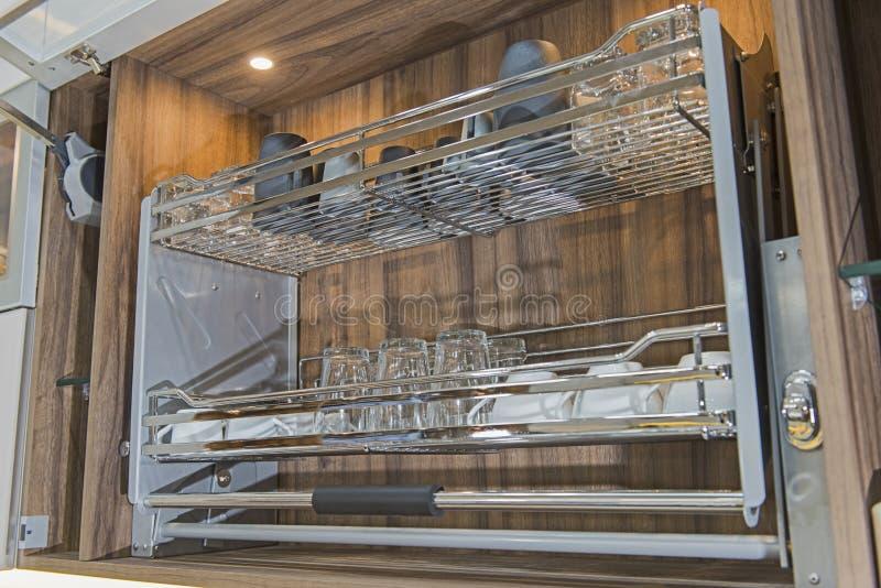 Εσωτερική λεπτομέρεια ραφιών ντουλαπιών σχεδίου κουζινών στοκ εικόνα με δικαίωμα ελεύθερης χρήσης