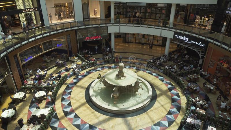 Εσωτερική λεωφόρος του τεράστιου κέντρου αγορών και ψυχαγωγίας εμιράτων στοκ φωτογραφία