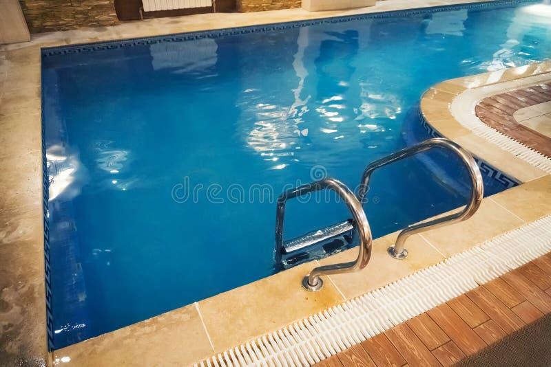 Εσωτερική πισίνα με το σκαλοπάτι σε ένα κτήριο στοκ φωτογραφίες