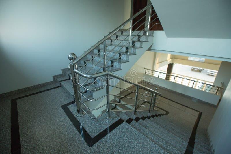 Εσωτερική σκάλα γρανίτη με το κιγκλίδωμα ανοξείδωτου στοκ εικόνες