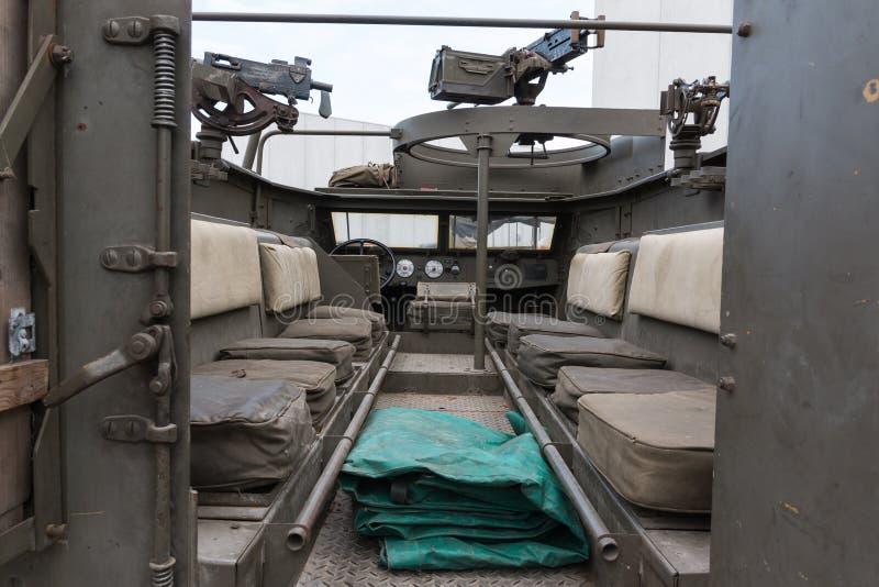 Εσωτερική στρατιωτική διαδρομή: Καθίσματα και Submachine πυροβόλα όπλα στοκ εικόνες με δικαίωμα ελεύθερης χρήσης