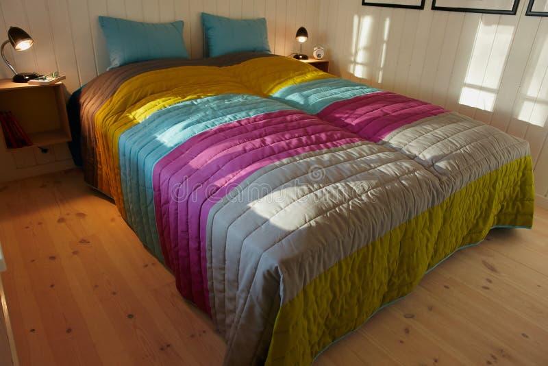 Εσωτερική όμορφη και σύγχρονη κρεβατοκάμαρα σχεδίου στοκ εικόνα