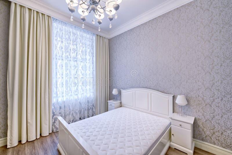 Εσωτερική όμορφη κρεβατοκάμαρα σχεδίου στο σπίτι πολυτέλειας στοκ φωτογραφίες