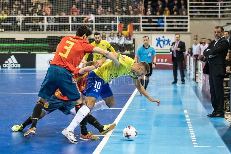 Εσωτερική footsal αντιστοιχία των εθνικών ομάδων της Ισπανίας και της Βραζιλίας στο περίπτερο Multiusos Caceres στοκ εικόνες