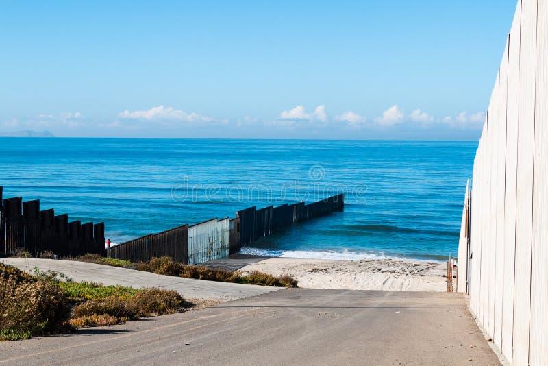 Εσωτερικοί και εξωτερικοί τοίχοι συνόρων στο Σαν Ντιέγκο, που τελειώνει στο Ειρηνικό Ωκεανό στοκ εικόνες