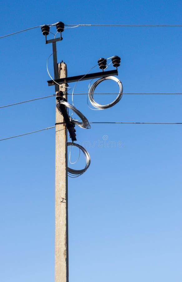 Εσωτερικός πυλώνας ηλεκτρικής ενέργειας με τα καλώδια στοκ φωτογραφία με δικαίωμα ελεύθερης χρήσης