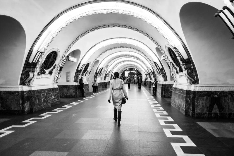 Εσωτερικός σταθμός μετρό Ploshchad Vosstaniya σε Άγιο Πετρούπολη, Ρωσία μαύρο λευκό στοκ εικόνες