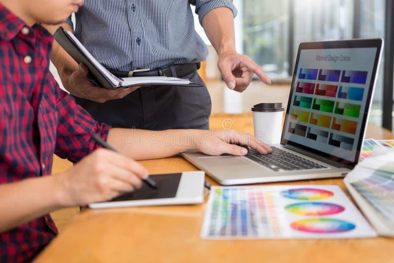 Εσωτερικός σχεδιαστής ομάδας που σύρει ένα νέο πρόγραμμα χρησιμοποιώντας το γραφικό υπολογιστή και επιλέγοντας swatch χρώματος τα στοκ φωτογραφίες