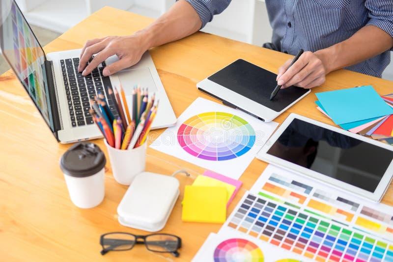Εσωτερικός σχεδιαστής ομάδας που σύρει ένα νέο πρόγραμμα χρησιμοποιώντας το γραφικό υπολογιστή και επιλέγοντας swatch χρώματος τα στοκ εικόνες