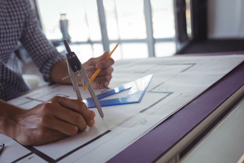 Εσωτερικός σχεδιαστής που καθιστά το διάγραμμα σε χαρτί στην αρχή στοκ φωτογραφίες με δικαίωμα ελεύθερης χρήσης