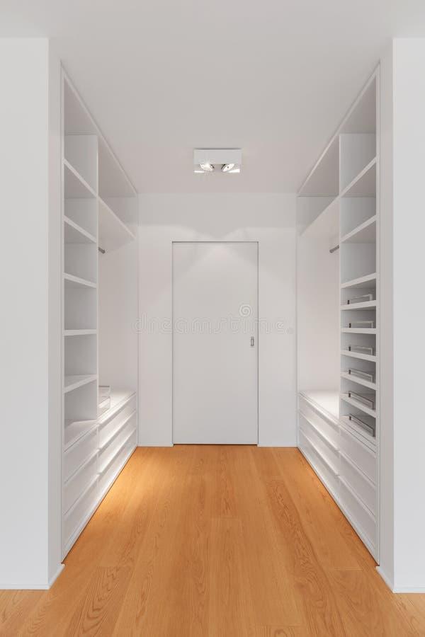 εσωτερικός σύγχρονος διαμερισμάτων Δωμάτιο για την ντουλάπα στοκ εικόνες