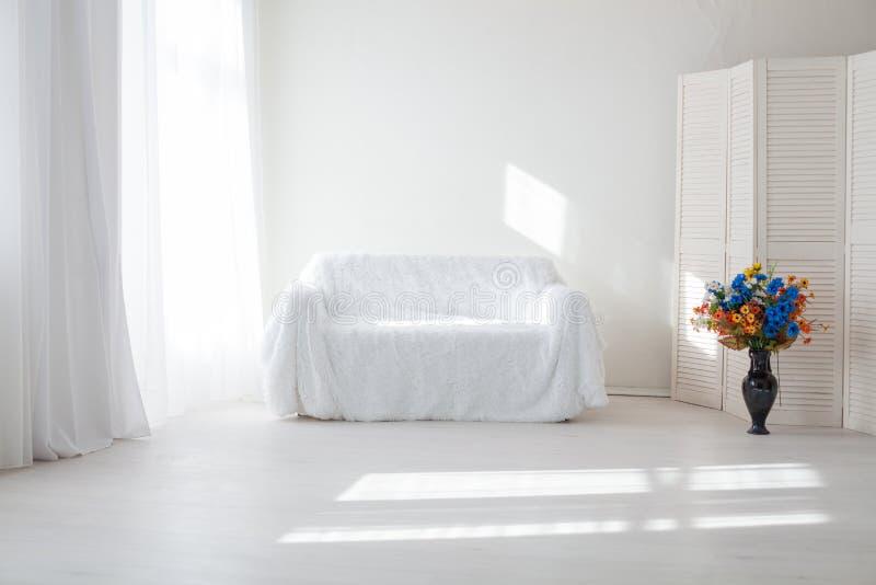 Εσωτερικό άσπρο βάζο παραθύρων καναπέδων δωματίων στοκ φωτογραφία με δικαίωμα ελεύθερης χρήσης