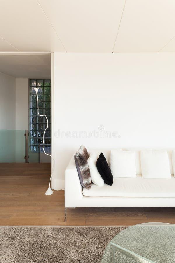 Εσωτερικό, άσπρο ντιβάνι στοκ φωτογραφία με δικαίωμα ελεύθερης χρήσης