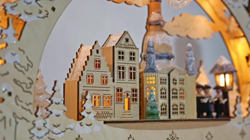 Εσωτερικό δέντρο δώρων Χριστουγέννων και νέα παιχνίδια σπιτιών έτους γερμανικά ξύλινα που αναβοσβήνουν τα φω'τα και την εστία δωμ στοκ φωτογραφία