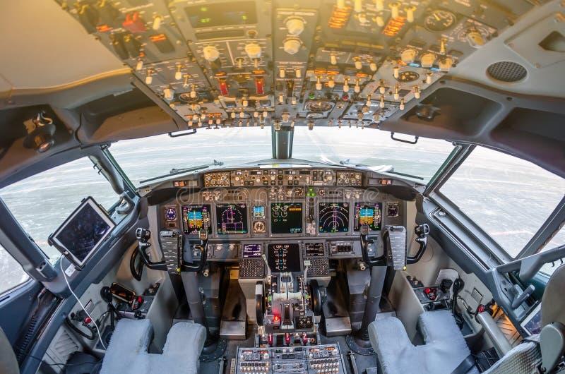 Εσωτερικό αεροσκαφών επιβατών, έλεγχος δύναμης μηχανών και άλλη μονάδα ελέγχου αεροσκαφών στο πιλοτήριο του σύγχρονου αστικού επι στοκ φωτογραφία