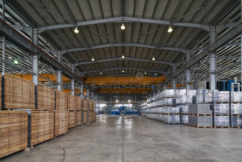 Εσωτερικό αιθουσών ή αποθηκών εμπορευμάτων αποθήκευσης του εργοστασίου στοκ εικόνα με δικαίωμα ελεύθερης χρήσης