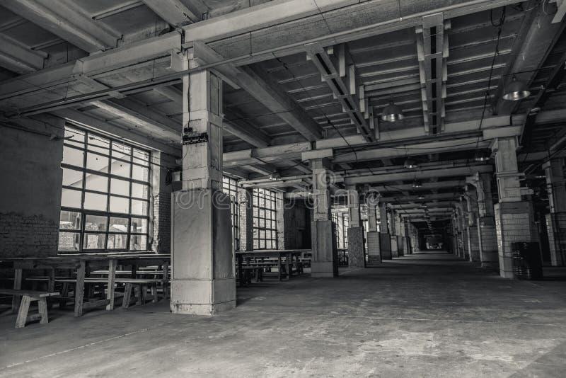 Εσωτερικό βιομηχανικού κτηρίου στα σκοτεινά χρώματα στοκ εικόνες