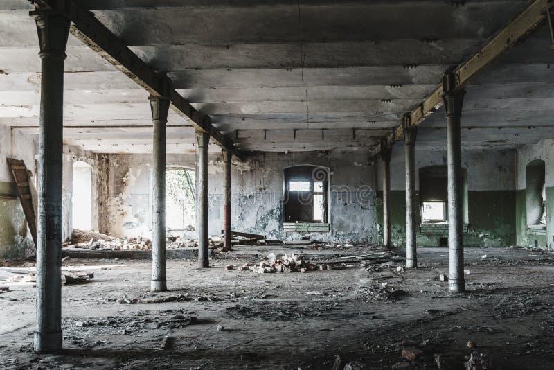 Εσωτερικό βιομηχανικού κτηρίου της εγκαταλειμμένης αποθήκης εμπορευμάτων στα σκοτεινά χρώματα στοκ εικόνες με δικαίωμα ελεύθερης χρήσης