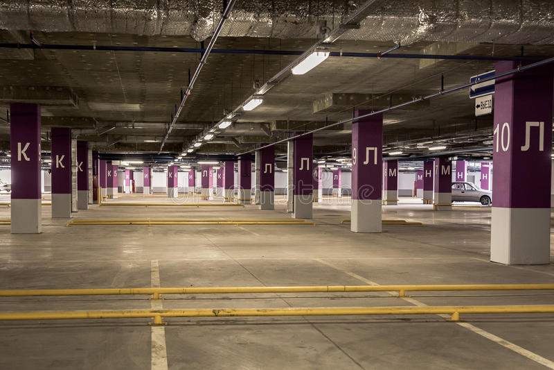 Εσωτερικό γκαράζ χώρων στάθμευσης υπόγεια στοκ εικόνες