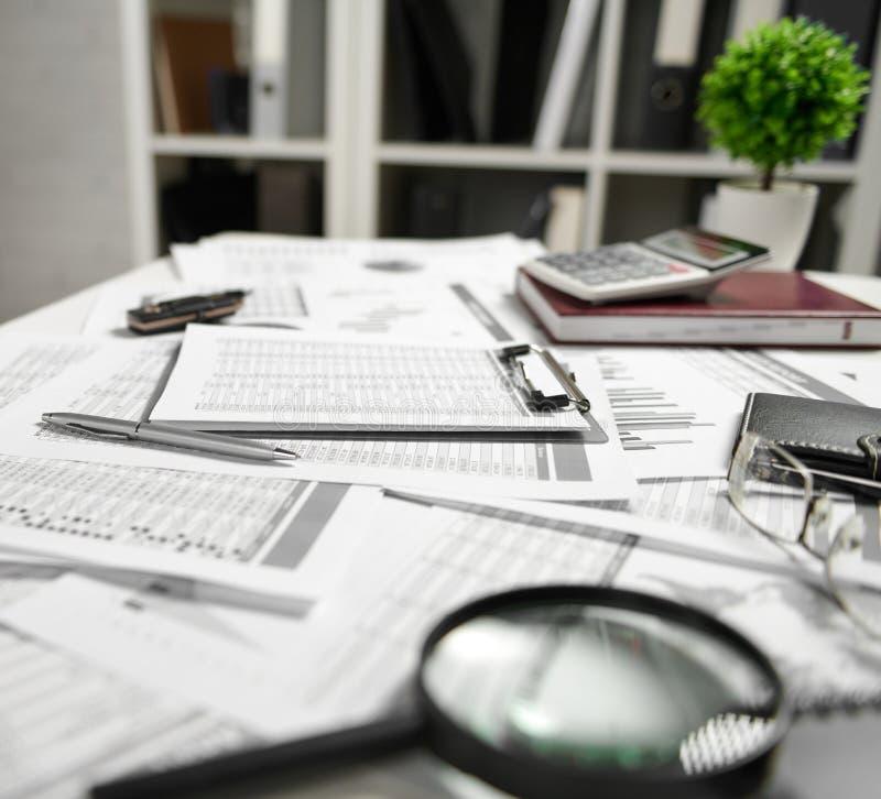 Εσωτερικό γραφείων - ο πίνακας με τα έγγραφα, τις εκθέσεις και τα ράφια με το φάκελλο έννοια επιχειρησιακής οικονομικής λογιστική στοκ φωτογραφίες με δικαίωμα ελεύθερης χρήσης
