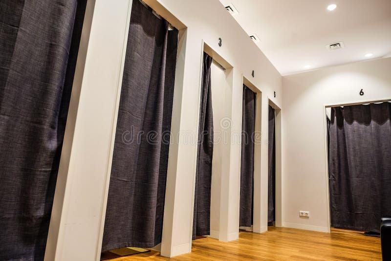 Εσωτερικό δωματίων συναρμολογήσεων σε μια λεωφόρο στοκ εικόνα