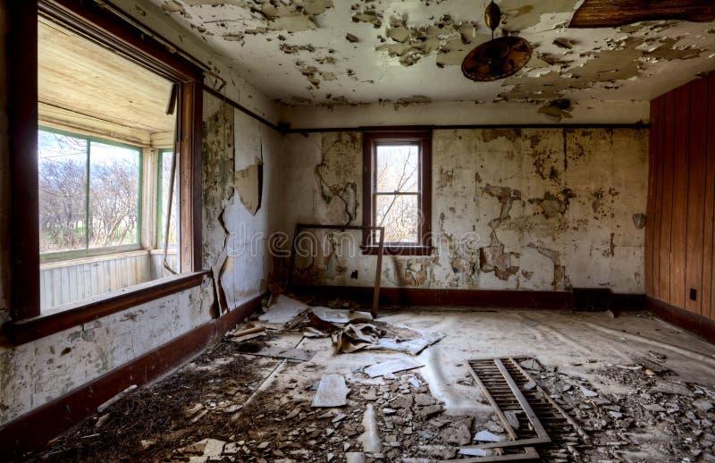 Εσωτερικό εγκαταλειμμένο λιβάδι σπιτιών στοκ φωτογραφία