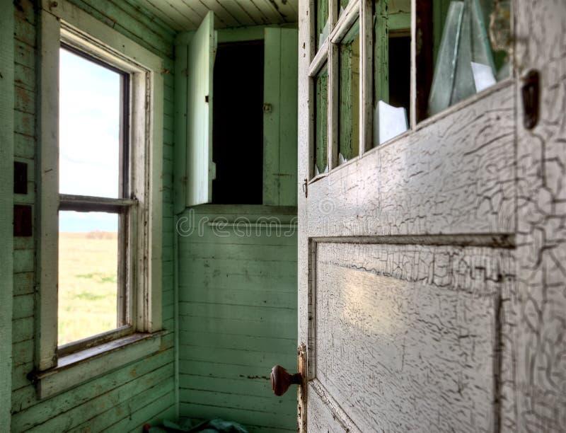 Εσωτερικό εγκαταλειμμένο λιβάδι σπιτιών στοκ εικόνα