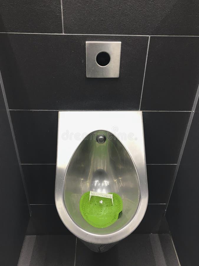 Εσωτερικό ενός δημόσιου αρσενικού χώρου ανάπαυσης στους σκούρο γκρι τόνους WC για τους οπαδούς ποδοσφαίρου στοκ φωτογραφίες