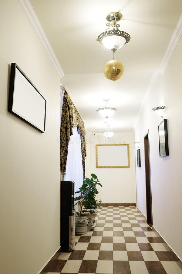 Εσωτερικό ενός διαδρόμου σε ένα κέντρο γραφείων στοκ φωτογραφία