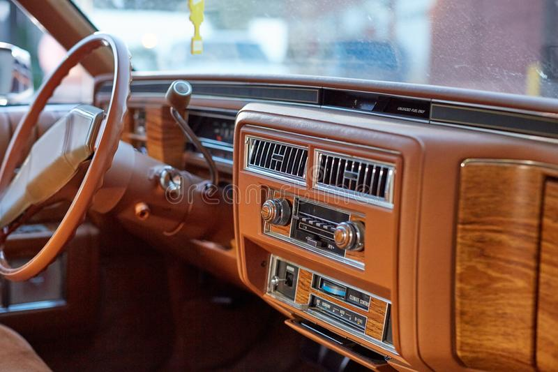 Εσωτερικό ενός κλασικού εκλεκτής ποιότητας αυτοκινήτου στοκ εικόνες