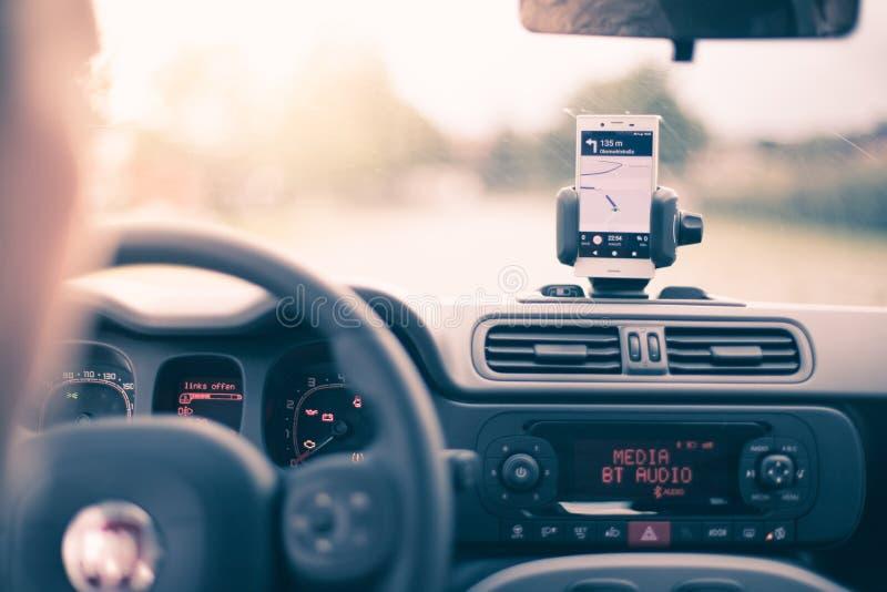 Εσωτερικό ενός σύγχρονου αυτοκινήτου μια ηλιόλουστη ημέρα Smartphone στο κινητό υποστήριγμα, που χρησιμοποιείται ως συσκευή ναυσι στοκ φωτογραφίες με δικαίωμα ελεύθερης χρήσης