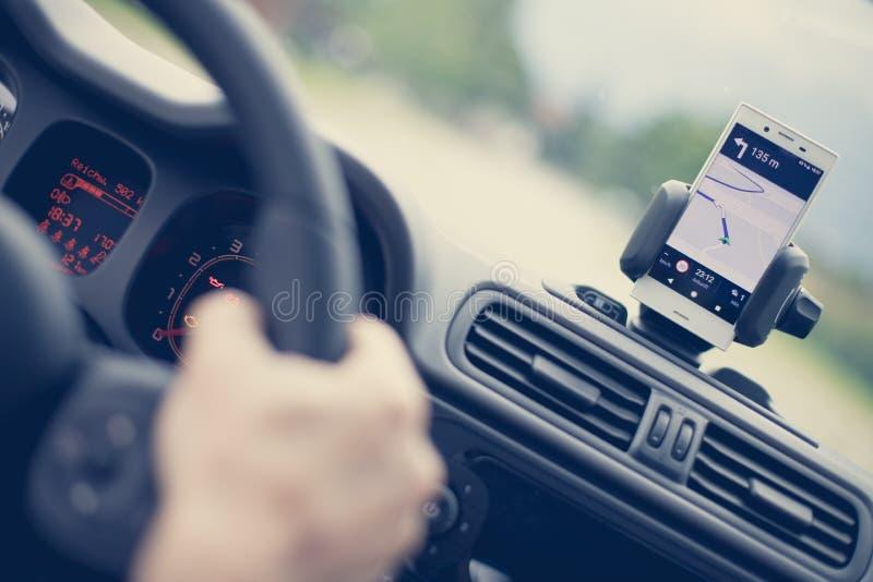 Εσωτερικό ενός σύγχρονου αυτοκινήτου μια ηλιόλουστη ημέρα Smartphone στο κινητό υποστήριγμα, που χρησιμοποιείται ως συσκευή ναυσι στοκ φωτογραφία με δικαίωμα ελεύθερης χρήσης