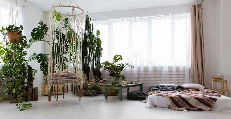 εσωτερικό ενός σύγχρονου διαμερίσματος στούντιο με τα μέρη των εγκαταστάσεων και ενός κρεβατιού στο πάτωμα στοκ εικόνα με δικαίωμα ελεύθερης χρήσης