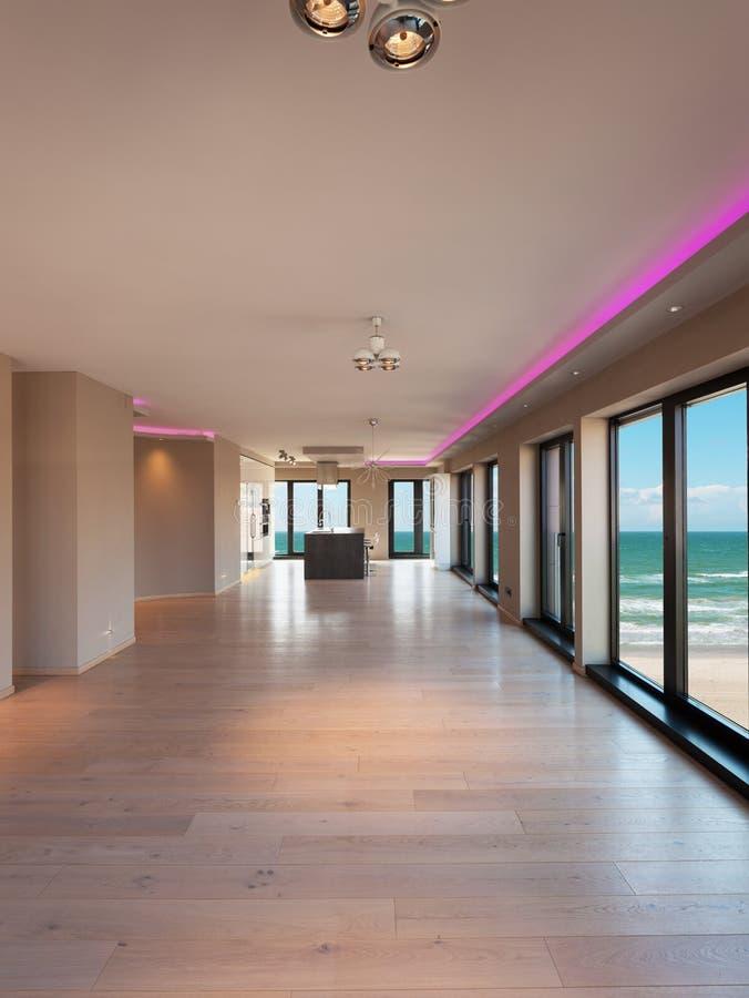 Εσωτερικό ενός σύγχρονου διαμερίσματος, τραπεζαρία με την άποψη θάλασσας στοκ φωτογραφία με δικαίωμα ελεύθερης χρήσης