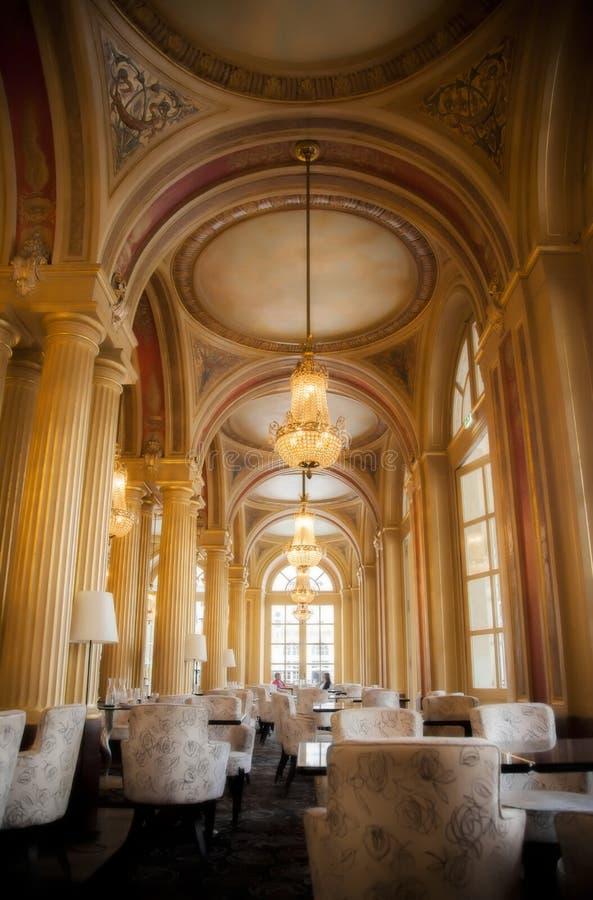 Εσωτερικό εστιατορίων με τις χρυσές στήλες στοκ εικόνες με δικαίωμα ελεύθερης χρήσης