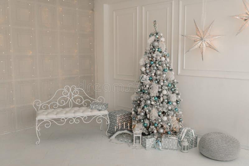 Εσωτερικό καθιστικό με ένα χριστουγεννιάτικο δέντρο και τις διακοσμήσεις στοκ φωτογραφία με δικαίωμα ελεύθερης χρήσης
