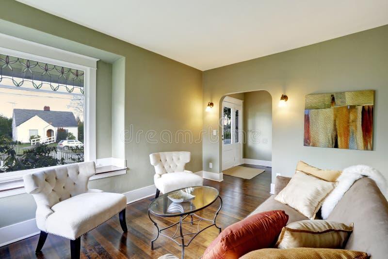Εσωτερικό καθιστικών με τις κλασικές άσπρες καρέκλες στοκ φωτογραφίες
