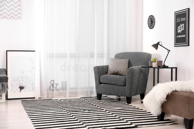 Εσωτερικό καθιστικών με το σύγχρονο λαμπτήρα στον πίνακα στοκ εικόνα με δικαίωμα ελεύθερης χρήσης