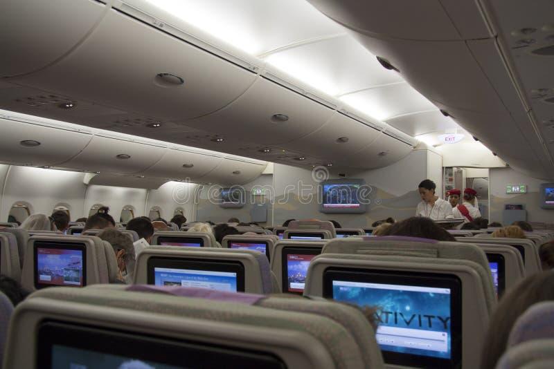Εσωτερικό καμπινών αεροπλάνων με τους επιβάτες στοκ εικόνες