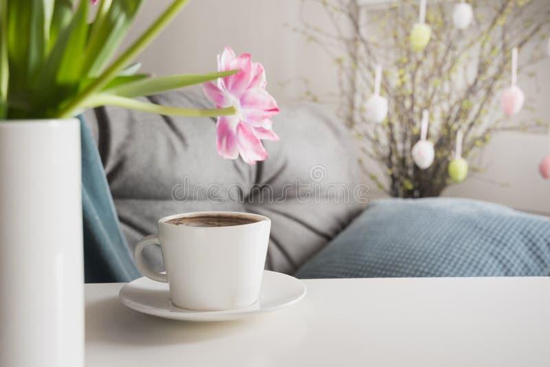 Εσωτερικό καφέ πρωινού την άνοιξη Προγραμματισμός κόμματος Πάσχας στοκ φωτογραφία