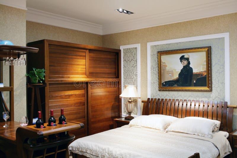 Εσωτερικό κρεβατοκάμαρων ξενοδοχείων με το διπλό κρεβάτι στοκ φωτογραφία