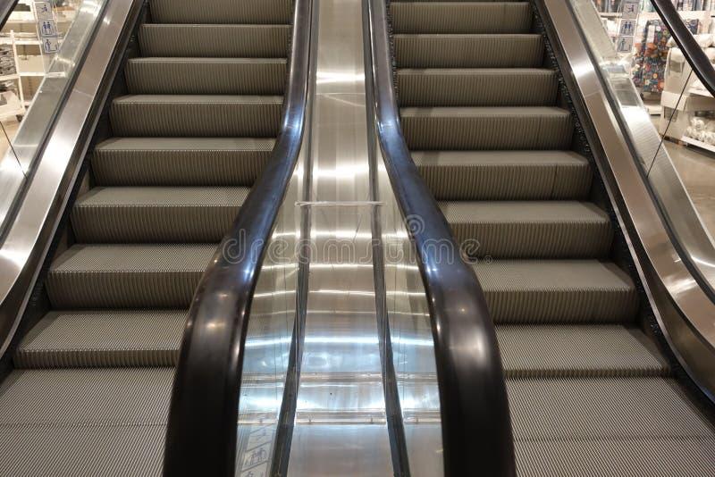 Εσωτερικό λεωφόρων αγορών με την κενή κυλιόμενη σκάλα και κανέναν άνθρωπο γύρω Σύγχρονες κυλιόμενες σκάλες σκαλών στοκ εικόνα