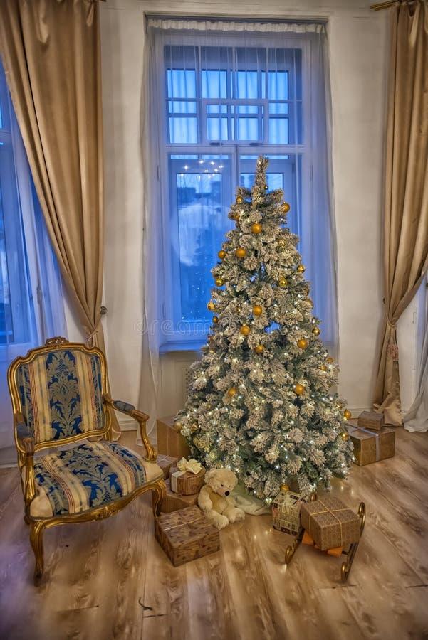 Εσωτερικό με ένα χριστουγεννιάτικο δέντρο στοκ φωτογραφίες με δικαίωμα ελεύθερης χρήσης
