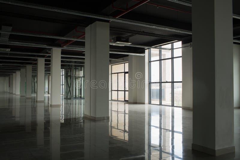 Εσωτερικό με τα μεγάλα παράθυρα και τους άσπρους τοίχους στοκ εικόνα