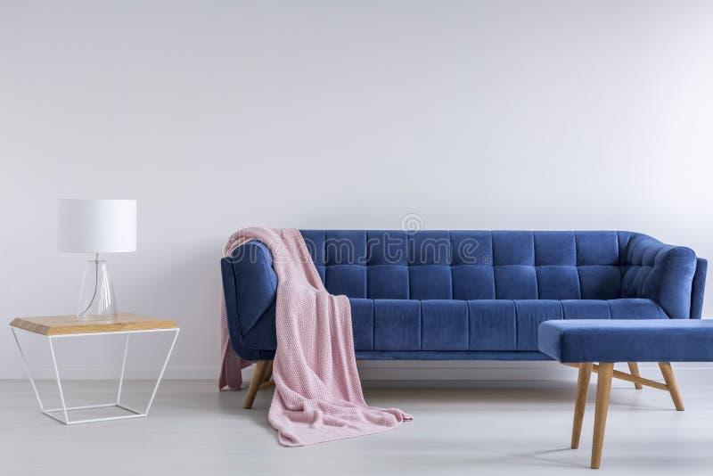 Εσωτερικό με τον μπλε καναπέ στοκ φωτογραφία με δικαίωμα ελεύθερης χρήσης