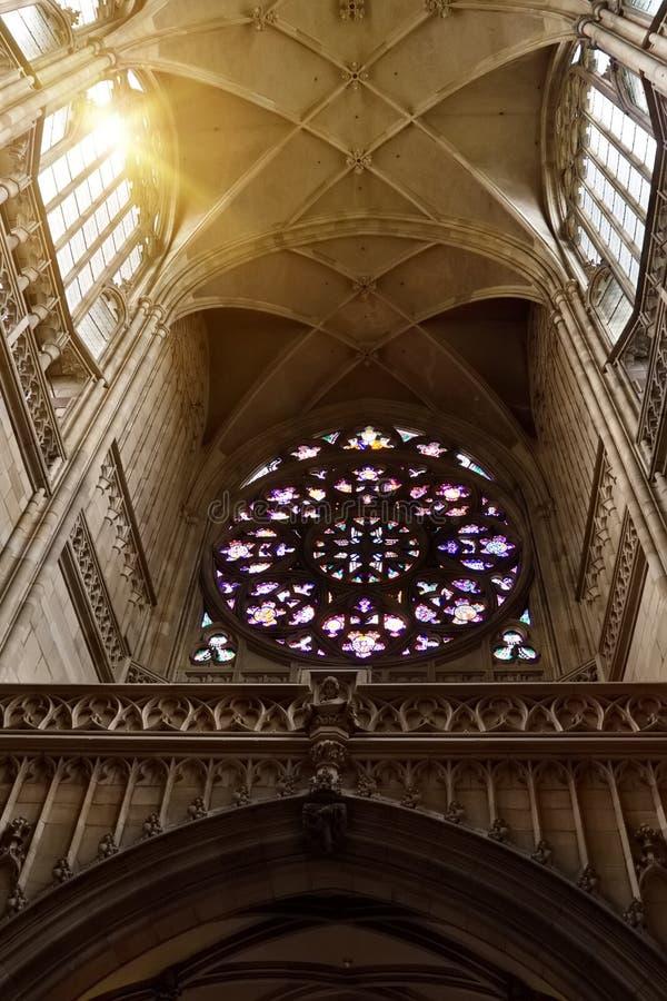 Εσωτερικό με stained-glass το παράθυρο του γοτθικού καθεδρικού ναού του ST Vitus στοκ φωτογραφία με δικαίωμα ελεύθερης χρήσης