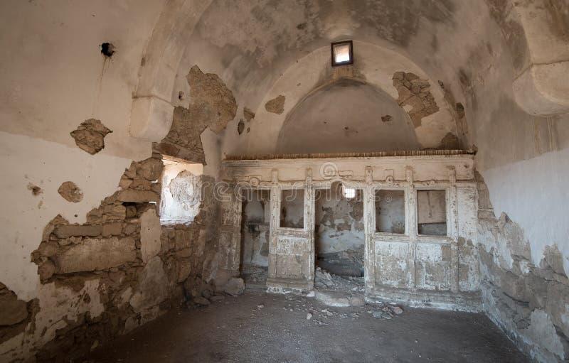 Εσωτερικό μιας εγκαταλειμμένης και εγκαταλειμμένης εκκλησίας στοκ εικόνες